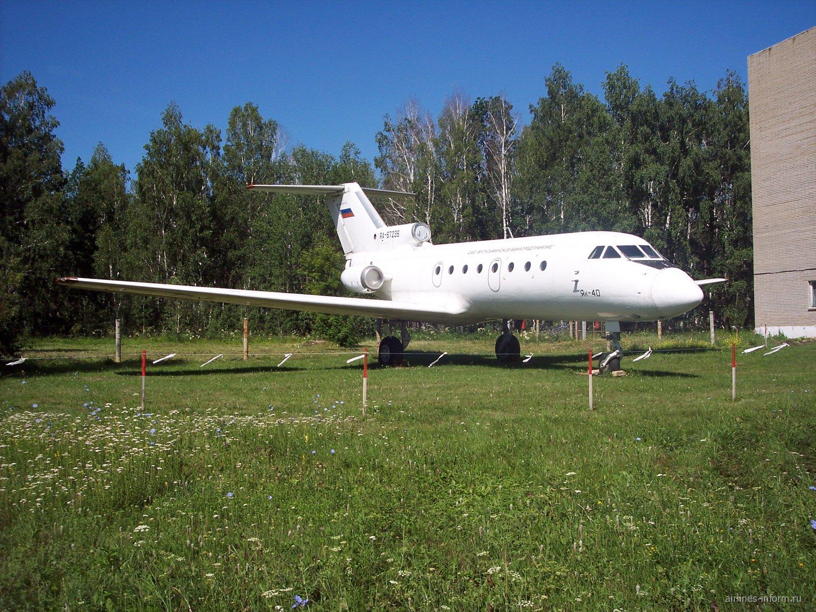 Самолет-памятник Як-40 в аэропорту Бугульма