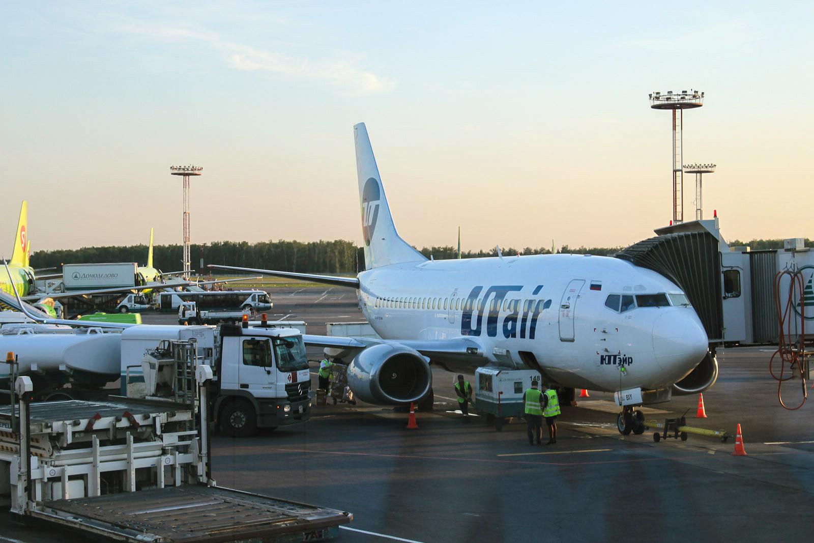 """Боинг-737-500 авиакомпании """"ЮТэйр"""" в аэропорту Домодедово"""