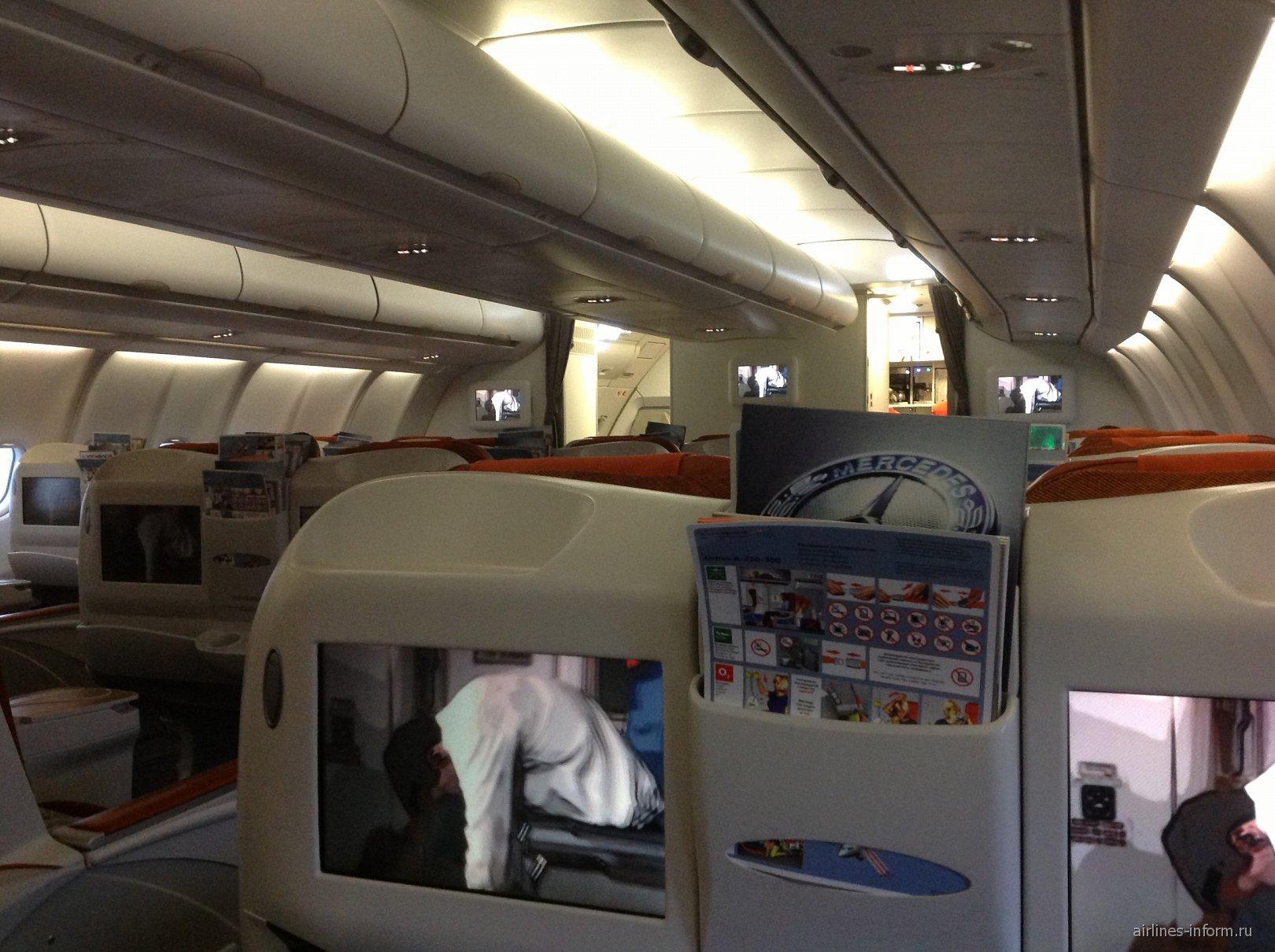 Салон бизнес-класса самолета Airbus A330-200 Аэрофлота