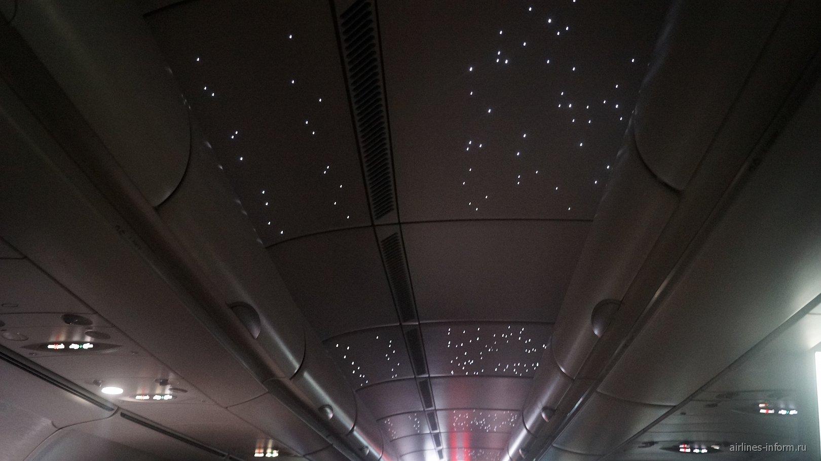 """Звездное небо"" на потолке самолета Airbus A340-500 авиакомпании Emirates"