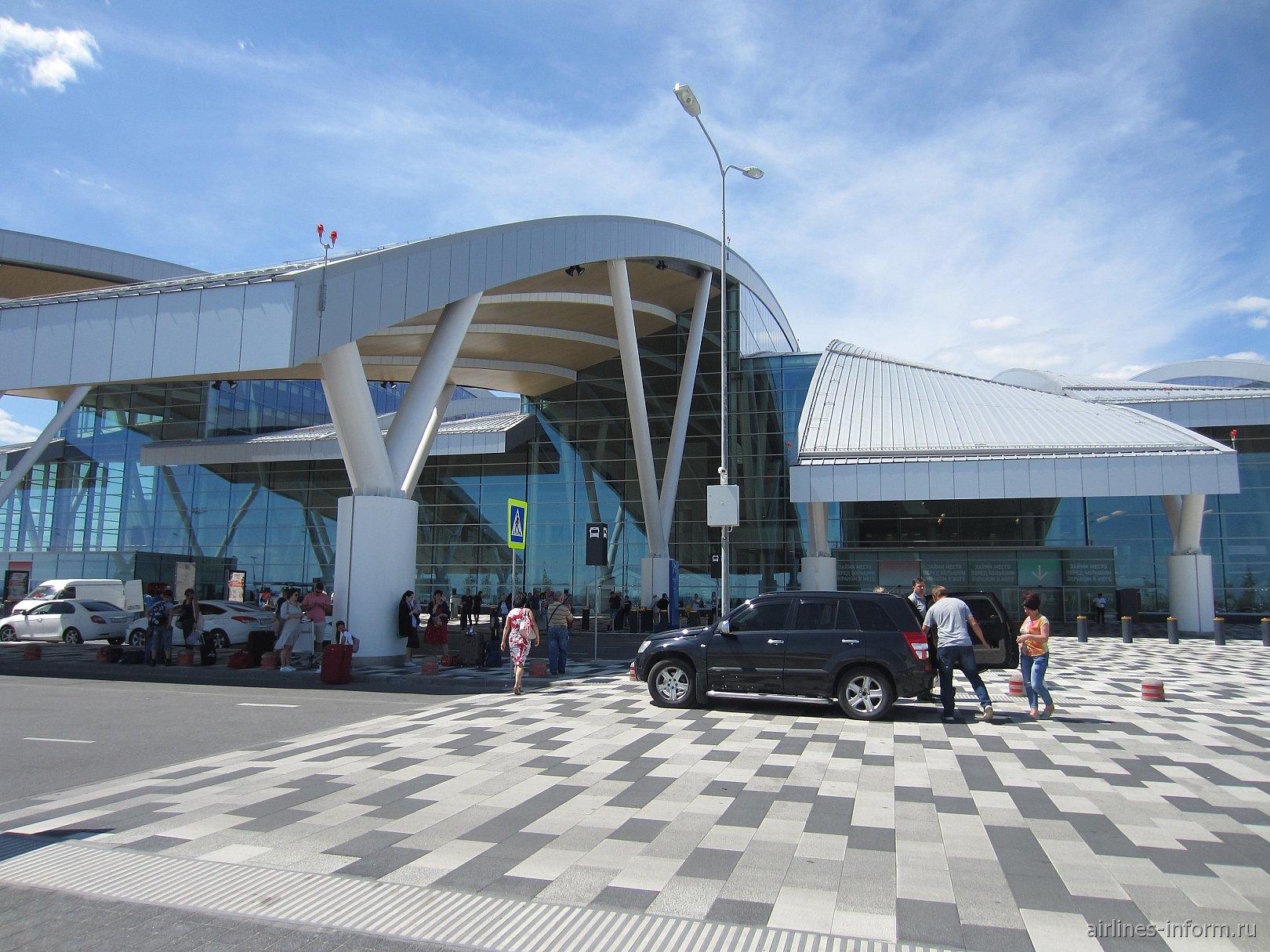 У входа в аэровокзал аэропорта Платов Ростова-на-Дону