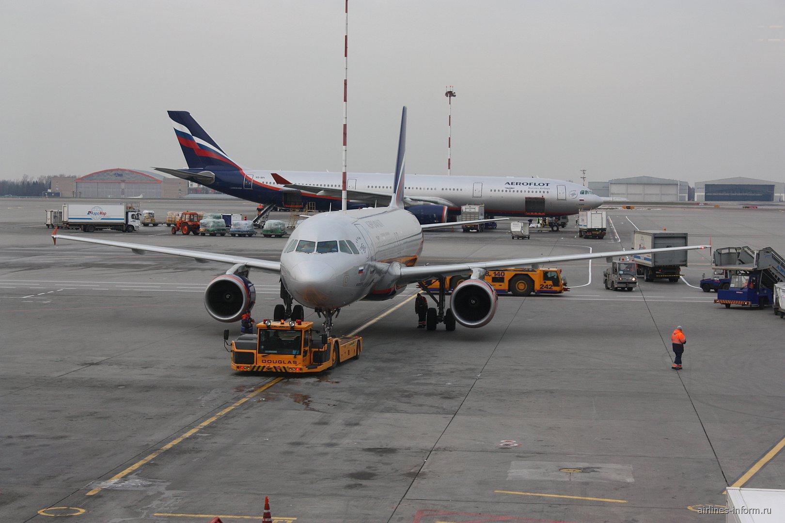 Самолет Airbus A320 Аэрофлота в аэропорту Шереметьево