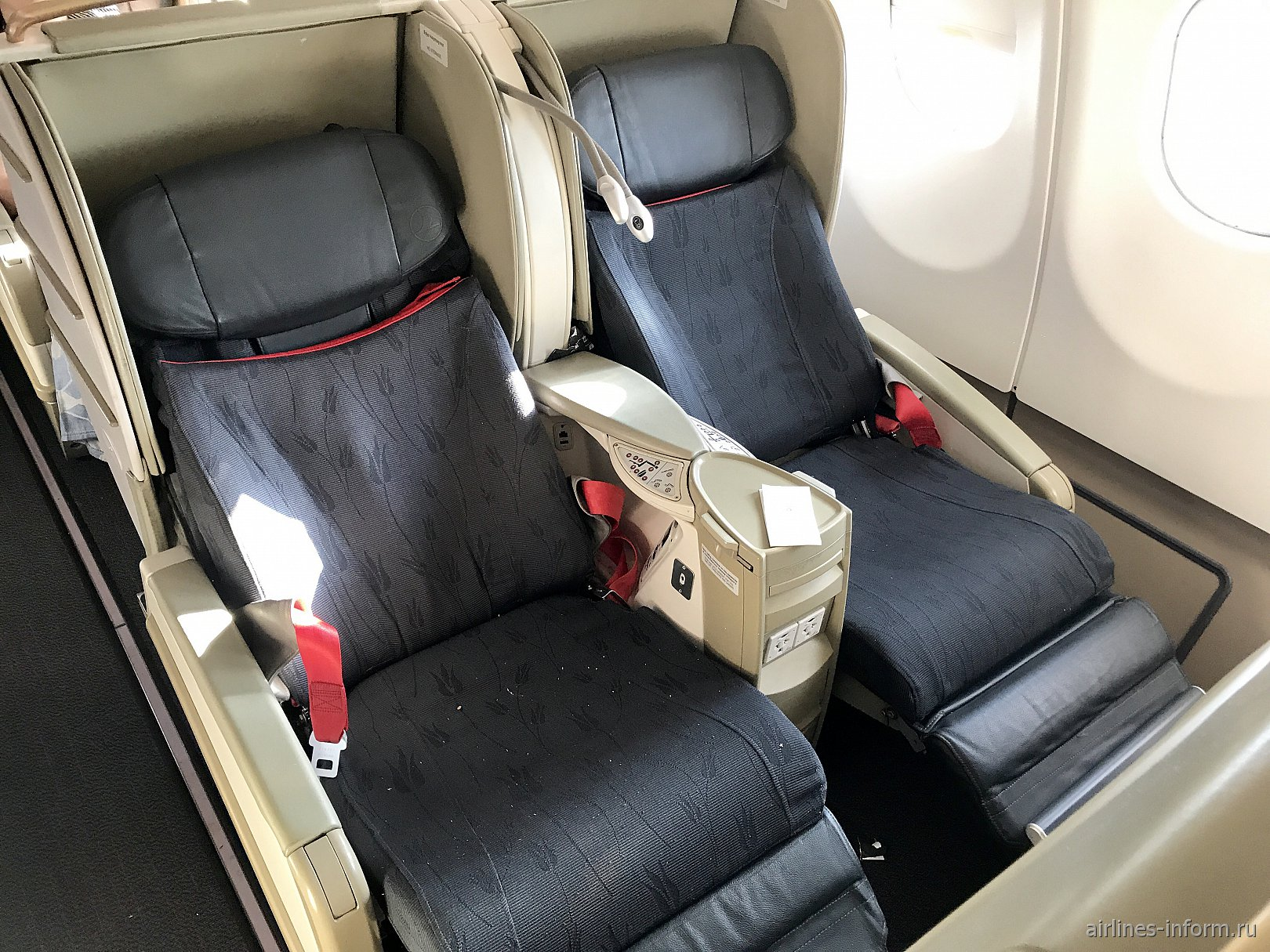 Разложенные кресла-кровати в бизнес-классе Airbus A330-200 Turkish Airlines