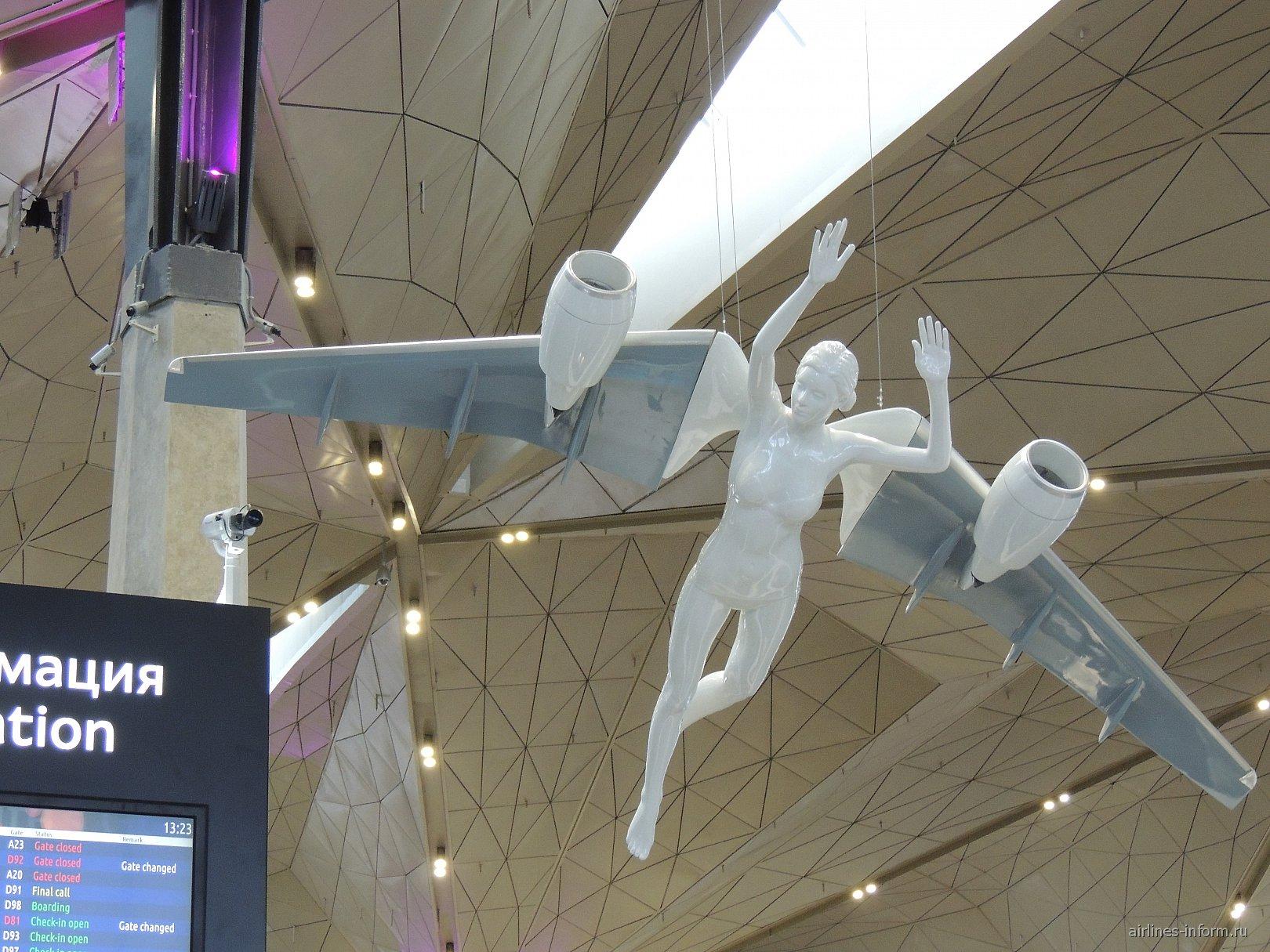 Скульптура ангела в новом терминале аэропорта Санкт-Петербург Пулково