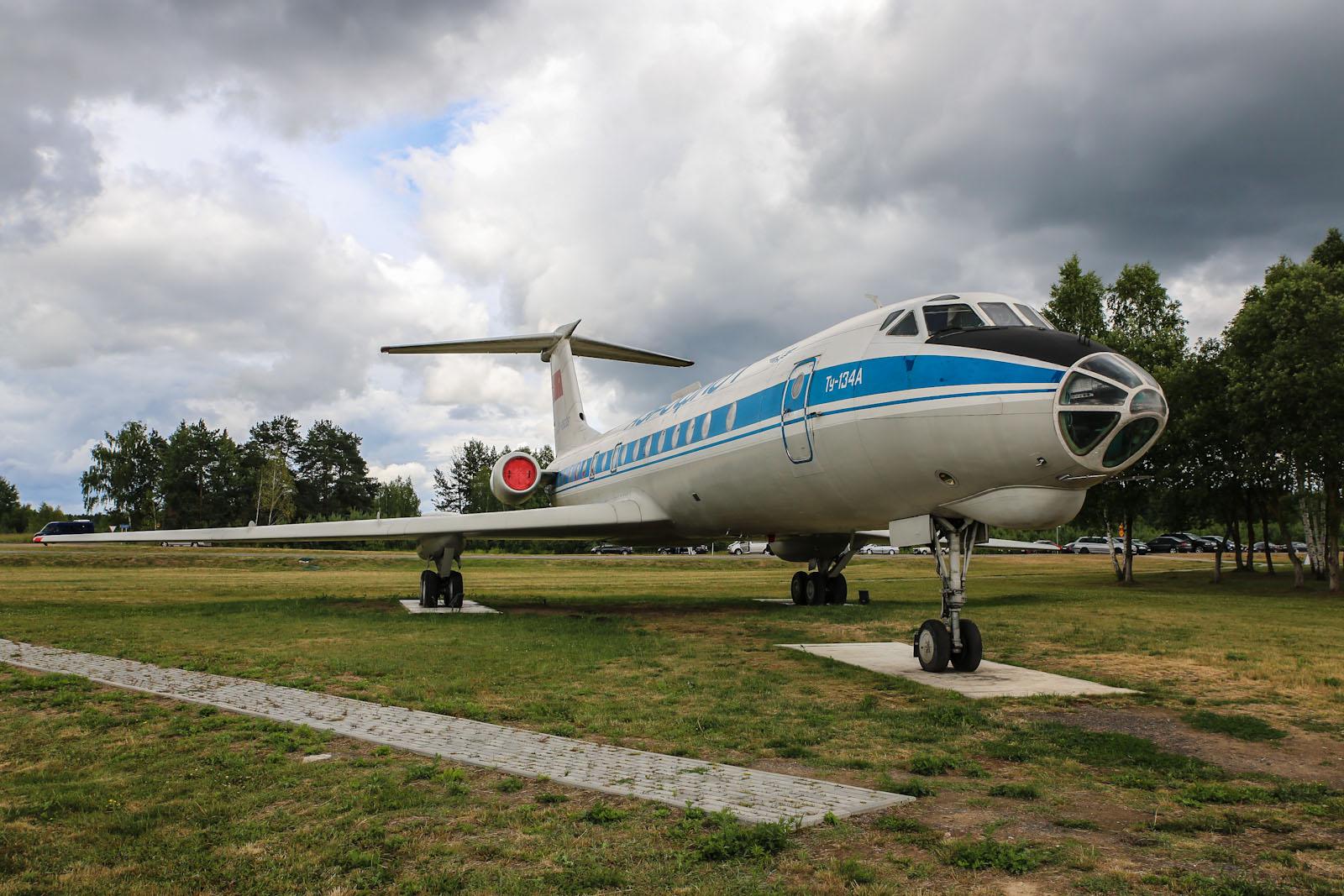 Самолет Ту-134 на привокзальной площади в аэропорту Минска
