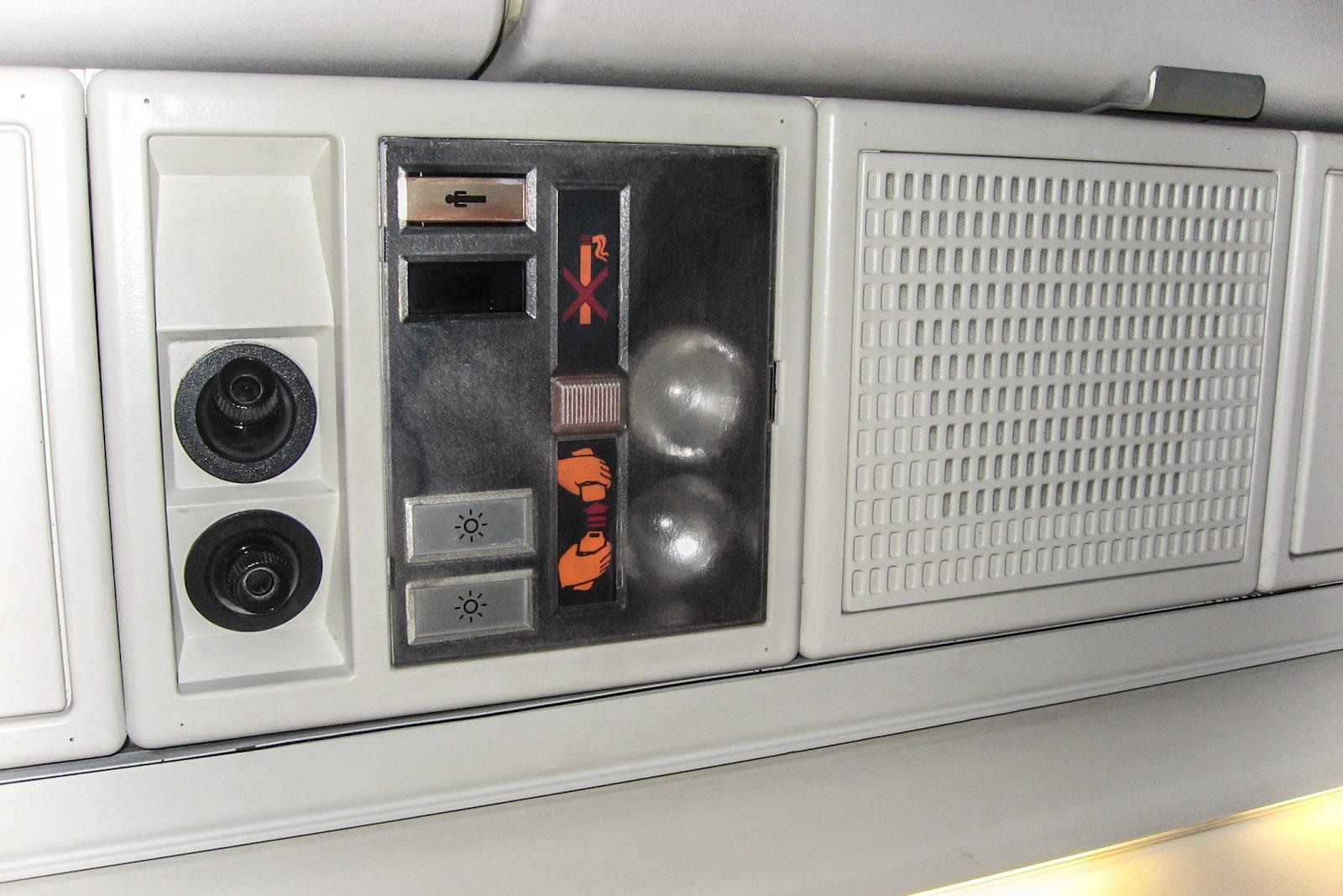 Индивидуальная панель над пассажирским креслом в самолете Fokker 100