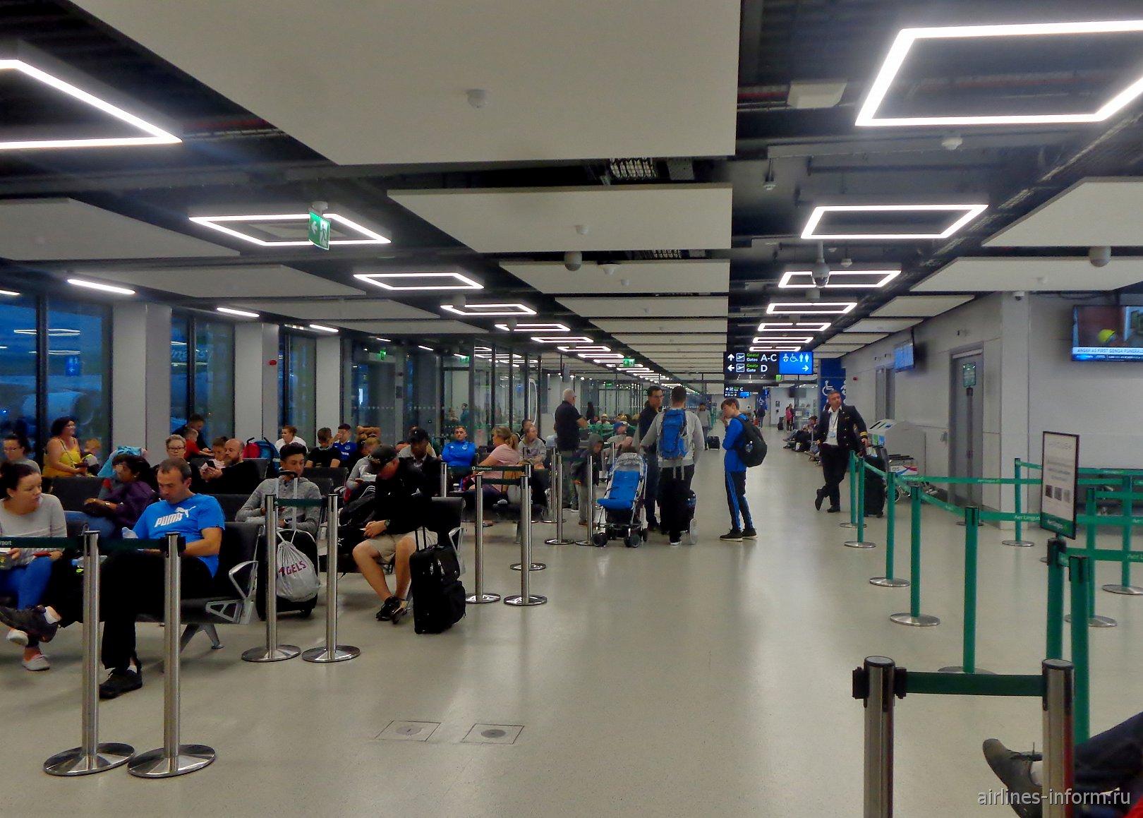 Зал ожидания посередине перрона в аэропорту Дублин