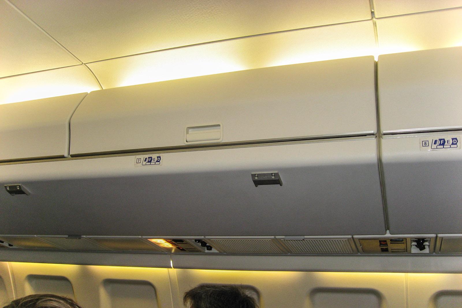 Багажные полки в самолете Fokker 100