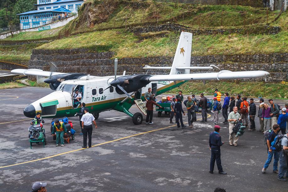 Обслуживание самолета DHC-6 Twin Otter авиакомпании Tara Air в аэропорту Лукла