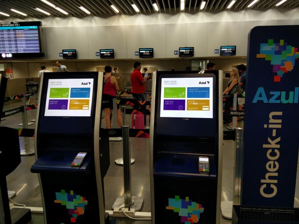Киоски саморегистрации авиакомпании Azul в аэропорту Рио-де-Жанейро Галеан
