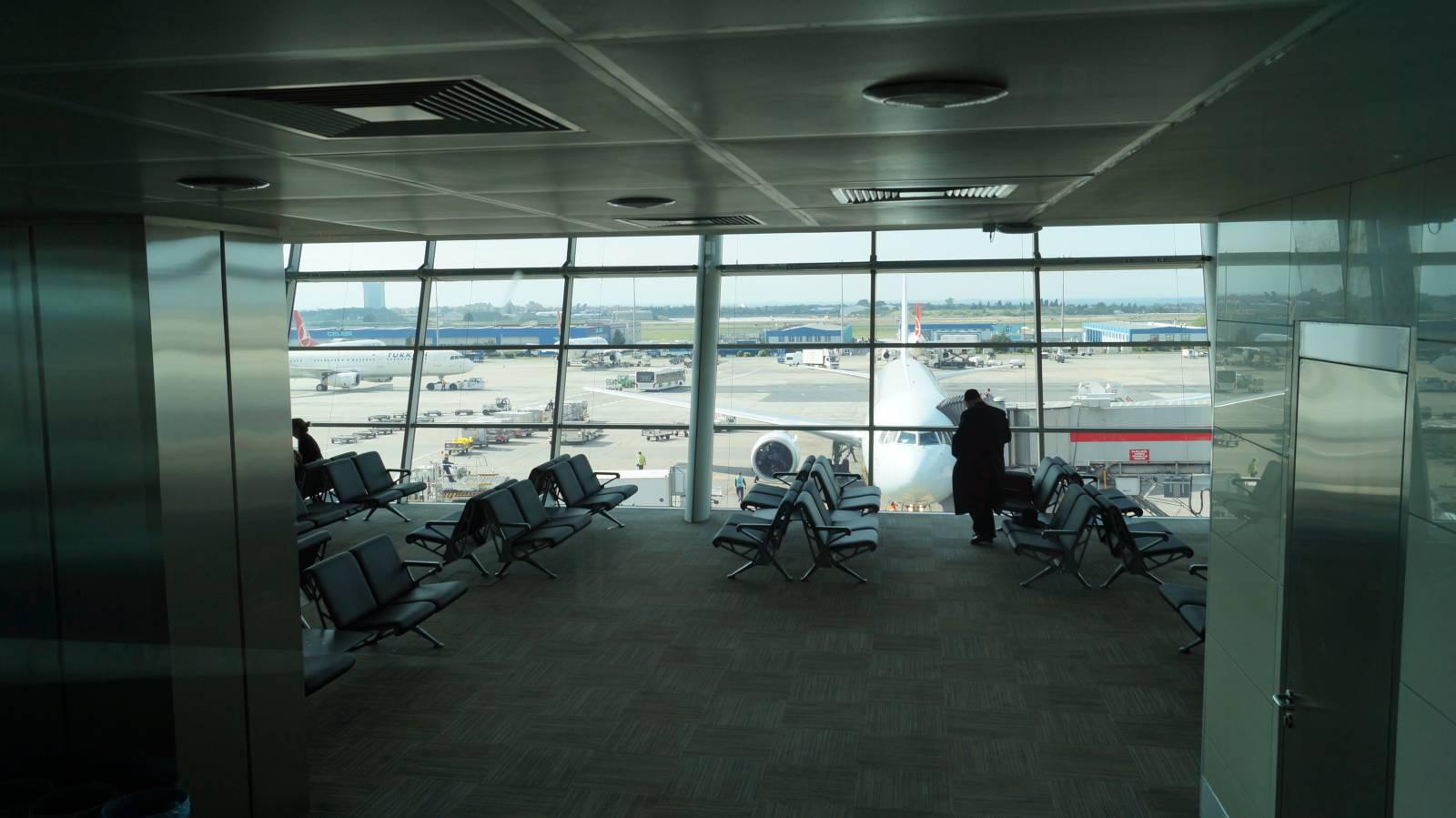 Зал ожидания в аэропорту имени Ататюрка в Стамбуле