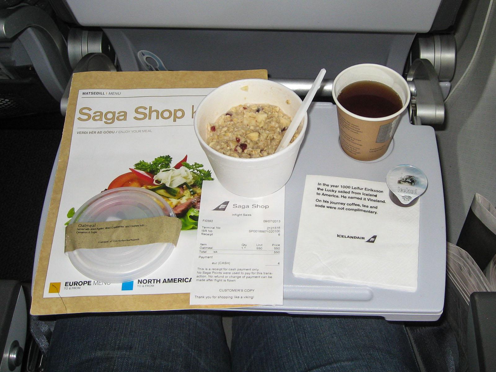 Платное питание (овсяная каша) на рейсе авиакомпании Icelandair