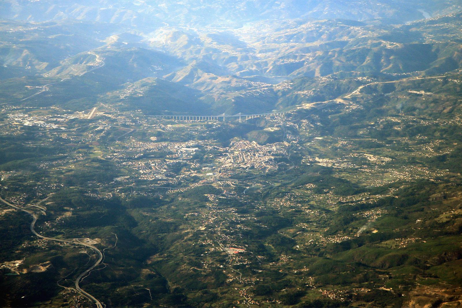 Вид из самолета на город Вила-Реал в Португалии