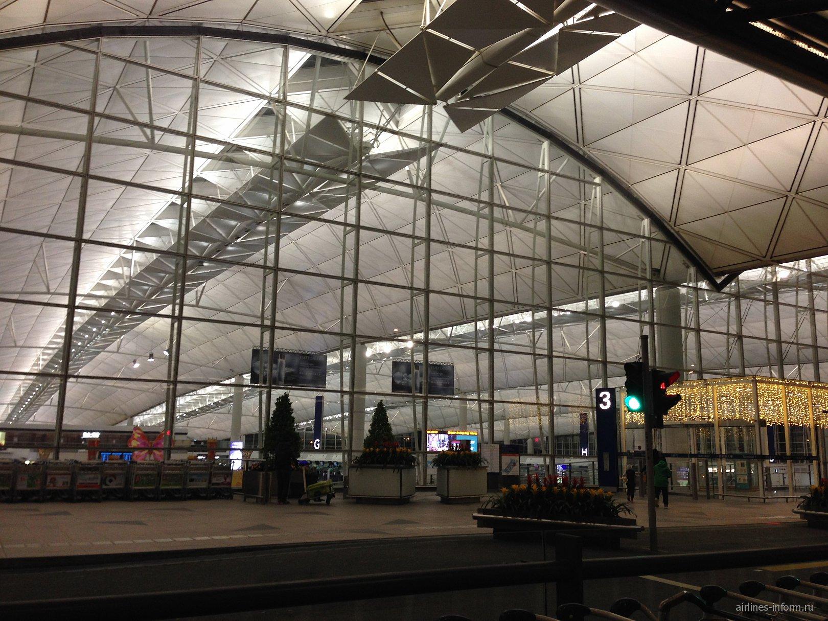 Вход в пассажирский терминал аэропорта Гонконга