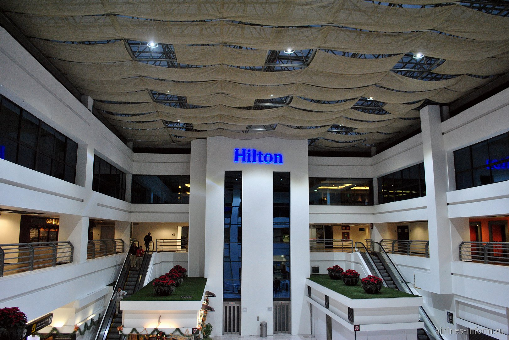 Вход в отель Hilton в терминале Т1 аэропорта Мехико Бенито Хуарес