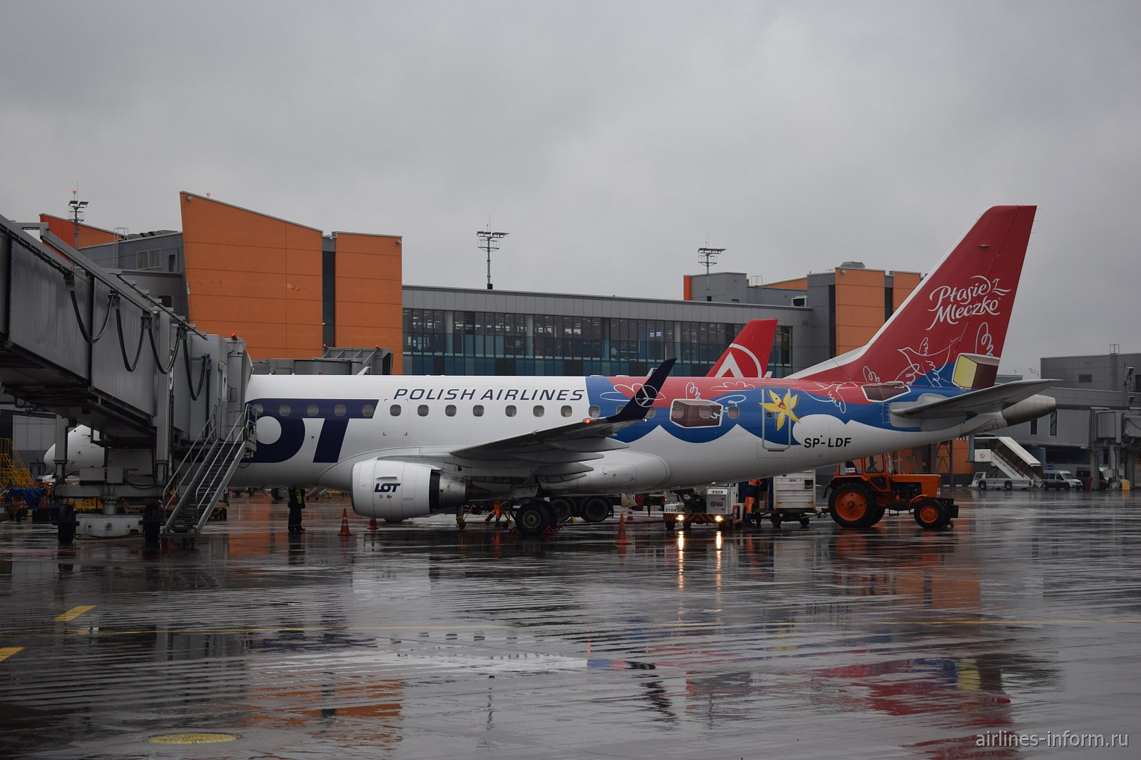 """Embraer 170 авиакомпании LOT в специальной окраске """"Птичье молоко"""" в аэропорту Шереметьево"""
