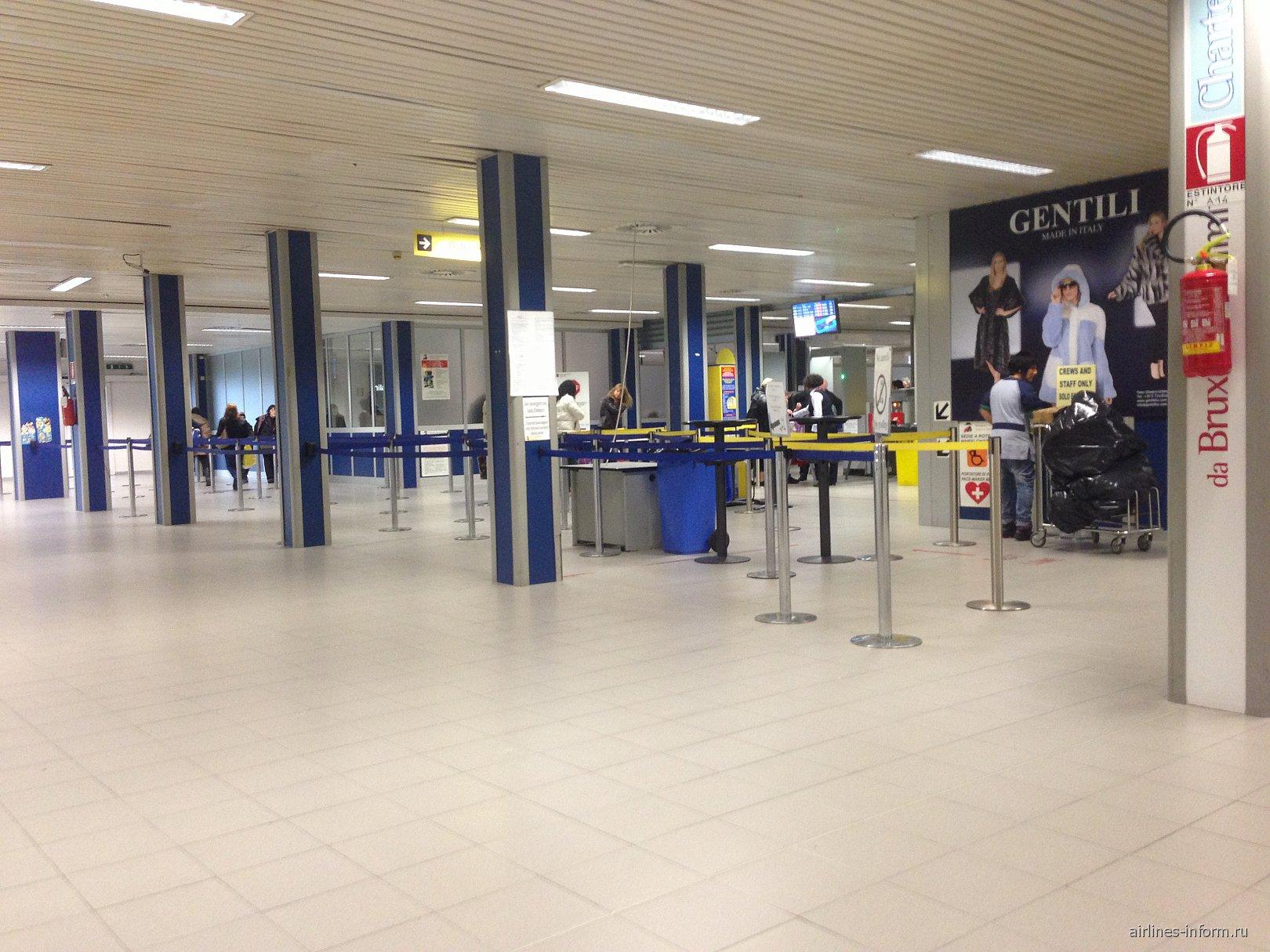 Зал вылета в аэропорту Римини
