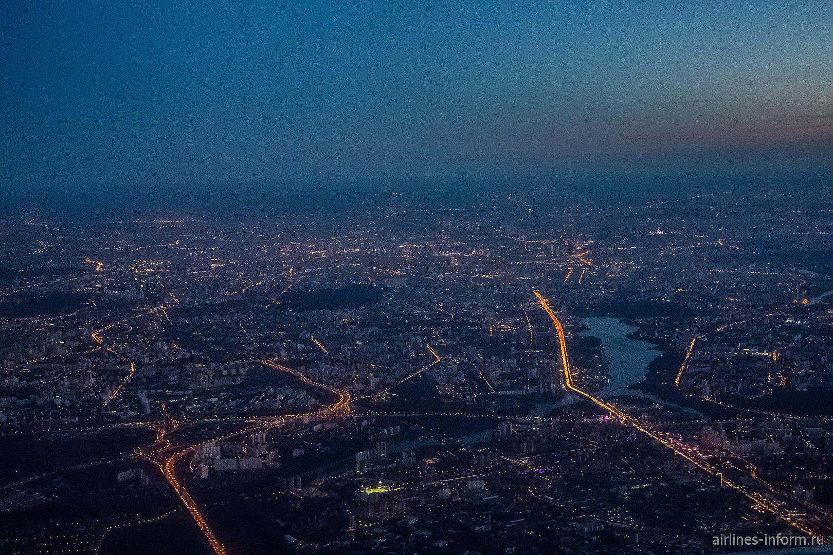 Вид на вечернюю Москву перед посадкой в Шереметьево