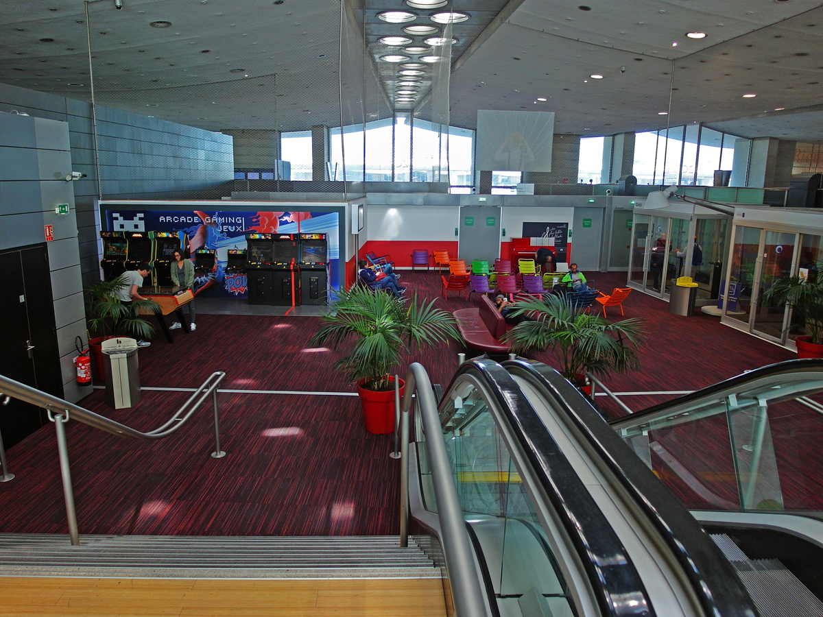 В чистой зоне терминала 2C аэропорта Париж Шарль-де-Голль