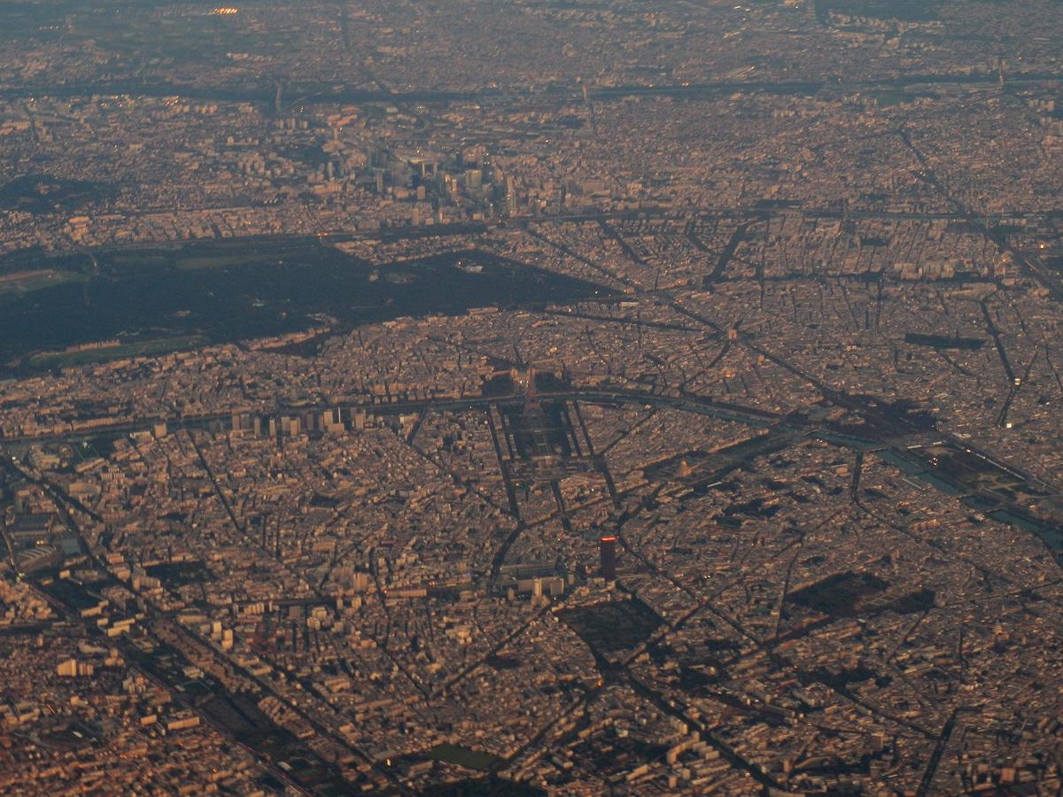 Фото центра Парижа из иллюминатора самолета