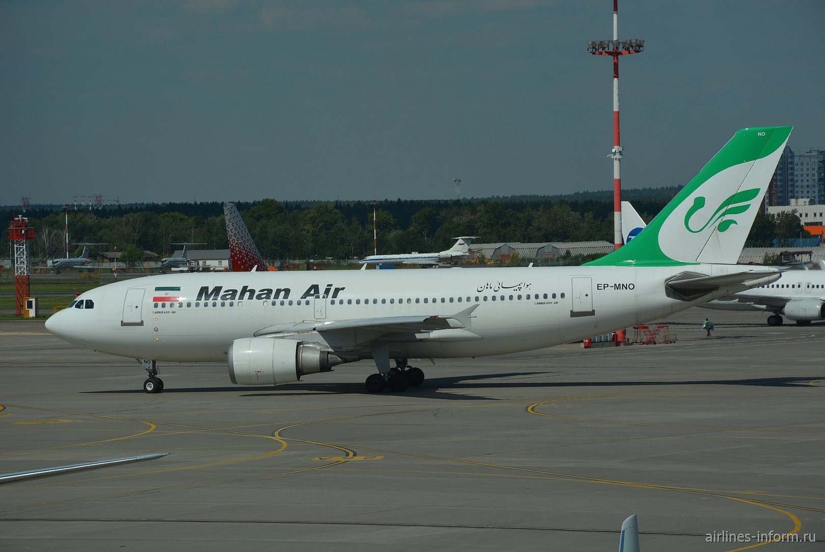 Самолет Airbus A310 авиакомпании Mahan Air в аэропорту Внуково