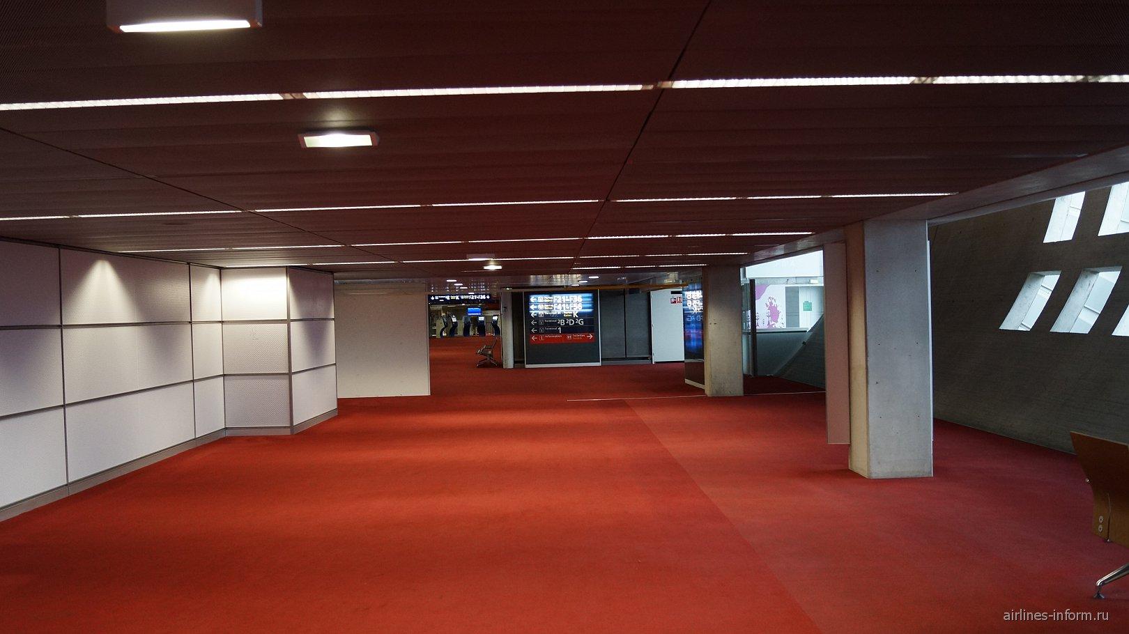 В терминале 2F аэропорта Париж Шарль-Де-Голль