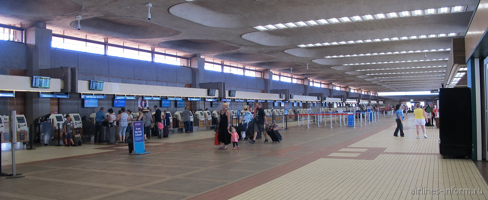 Зал регистрации в основном терминале аэропорта Кахулуи