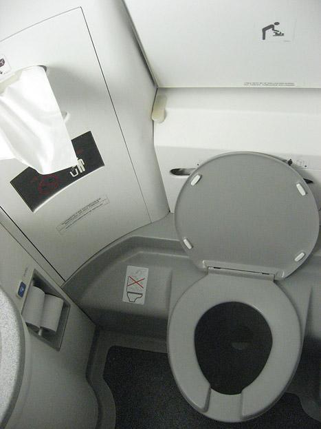 Туалет самолета Embraer 190 авиакомпании KLM Cityhopper
