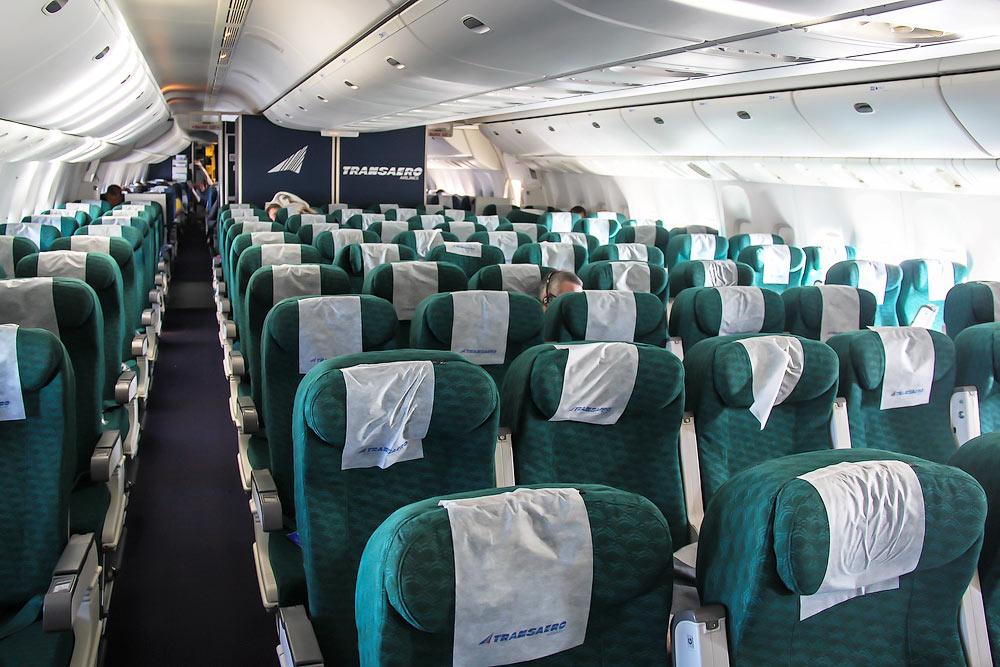 Салон экономического класса самолета Боинг-777-200 авиакомпании Трансаэро