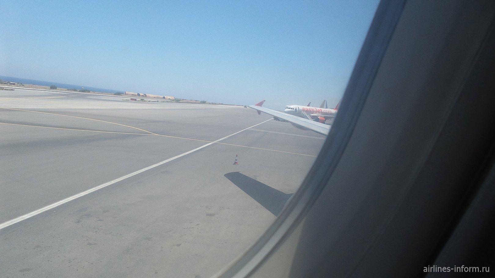 Летное поле,крыло нашей птички,и самолеты на стоянке,в частности Лоу-костер EasyJet .Кажется А320.
