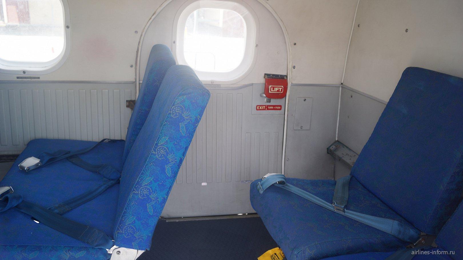 Пассажирские кресла у аварийного выхода в самолете DHC-6 Twin Otter авиакомпании Air Seychelles