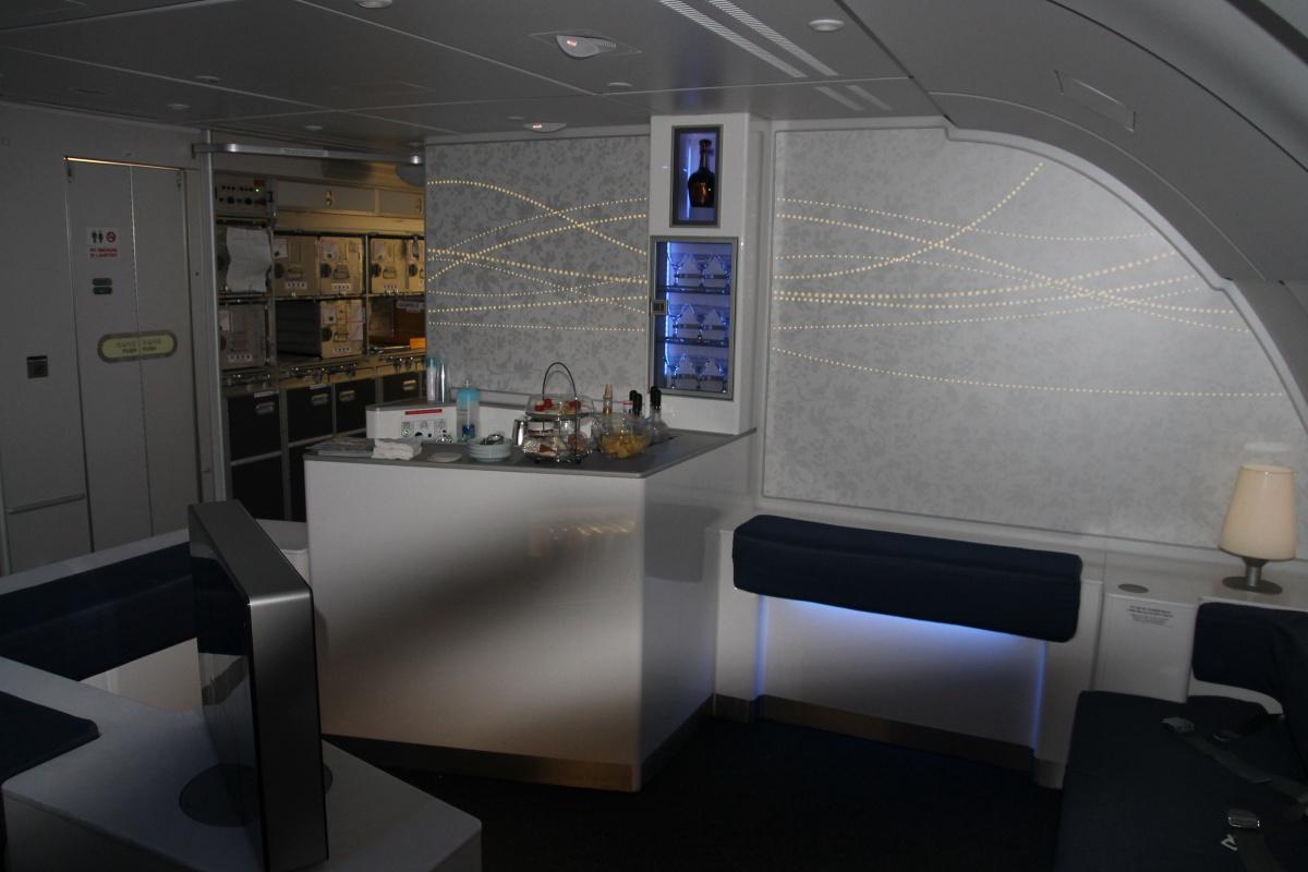 Лаундж для пассажиров Бизнес и Первого классов в самолете Airbus A380 Korean Air