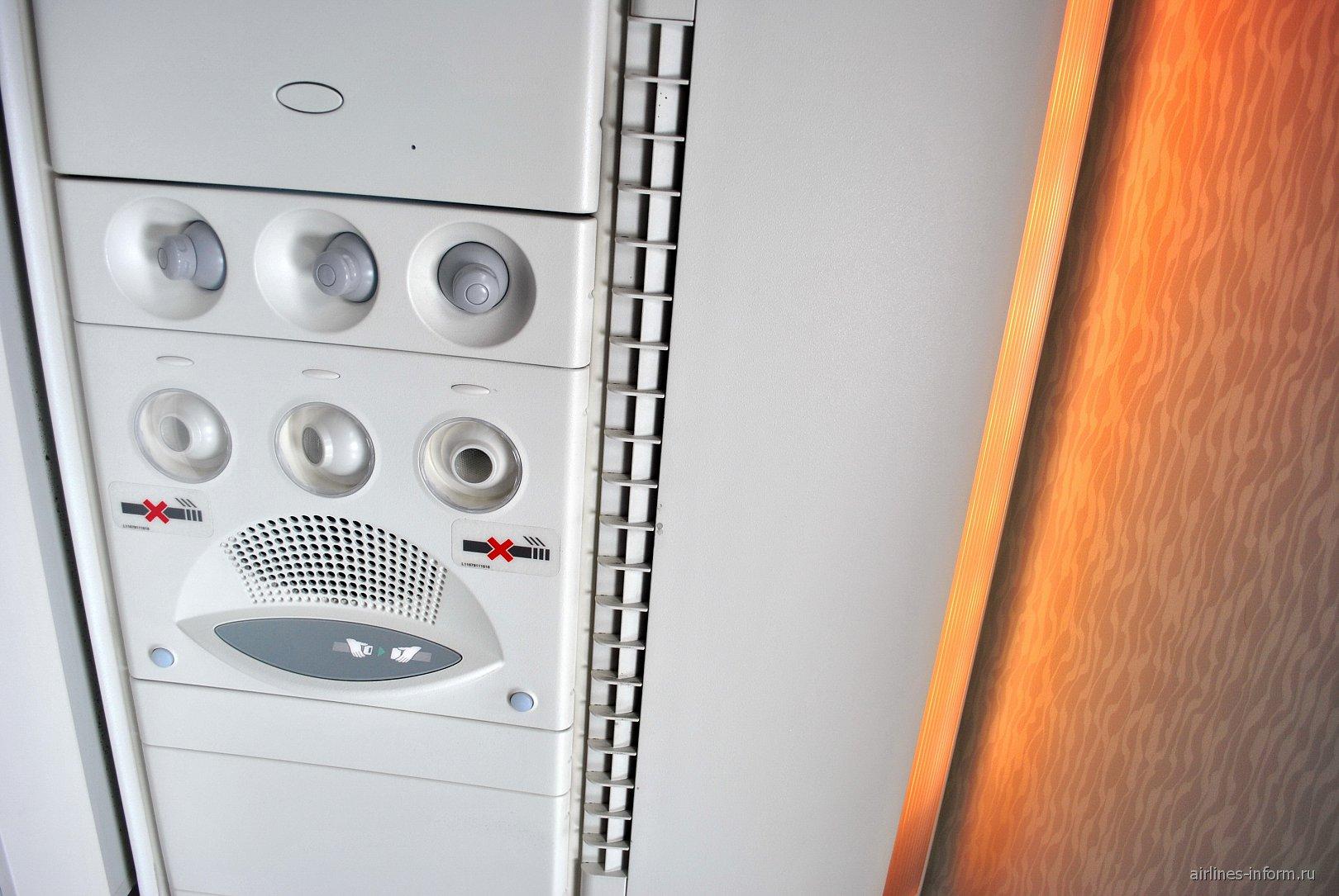 Верхняя панель с подсветкой Mood Lighting в самолете Airbus A380 Emirates