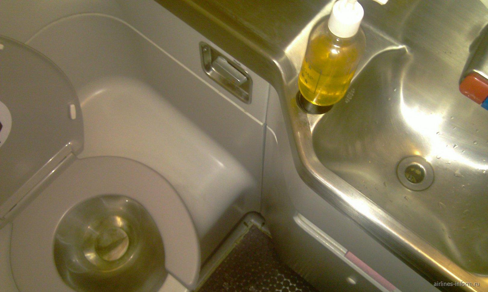 Туалет самолета Боинг-737-500 авиакомпании ЮТэйр