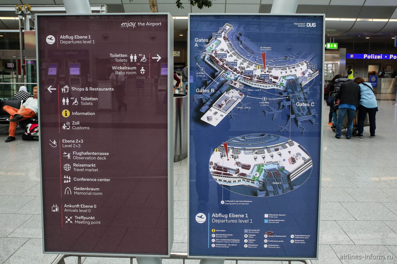 Информационный стенд в аэропорту Дюссельдорфа