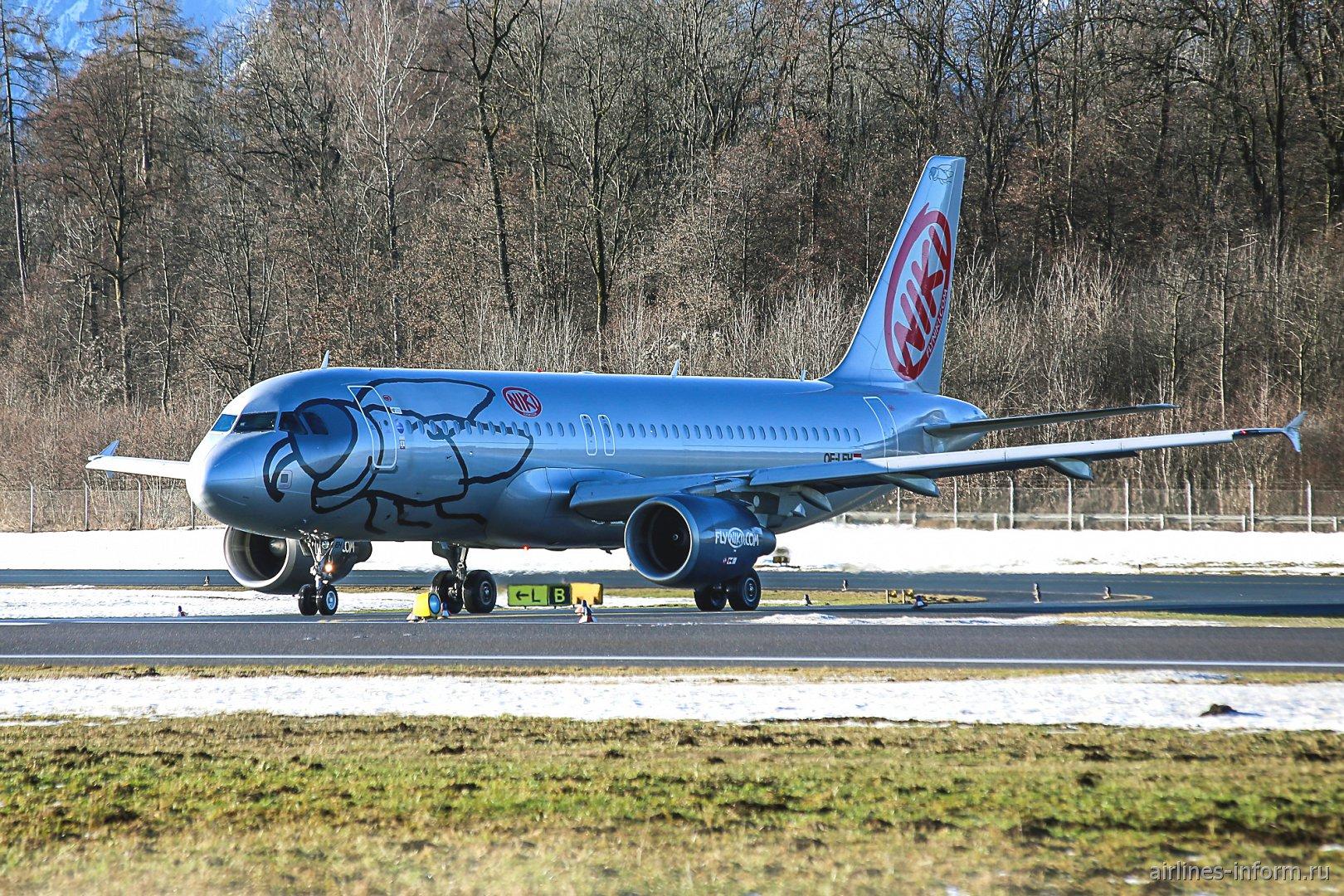 Airbus A320 с бортовым номером OE-LEH авиакомпании Niki готовится к взлету в аэропорту Зальцбурга