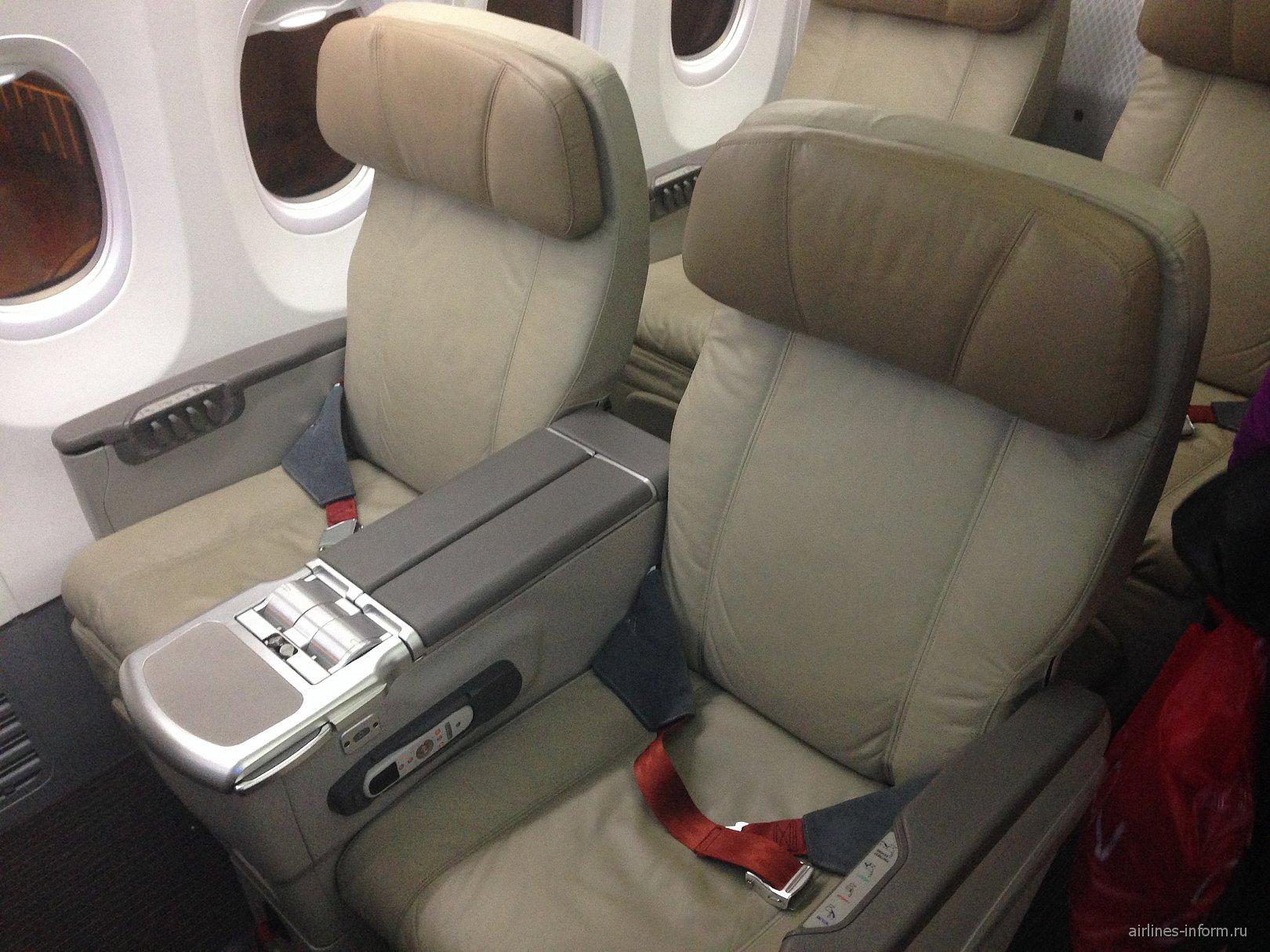 Салон бизнес-класса в самолете Боинг-737-900 авиакомпании Malindo Air
