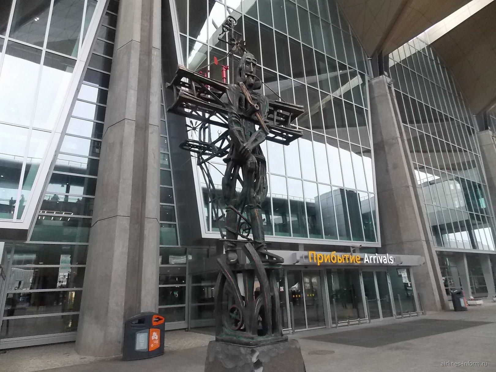 Скульптура у выхода из нового терминала аэропорта Пулково