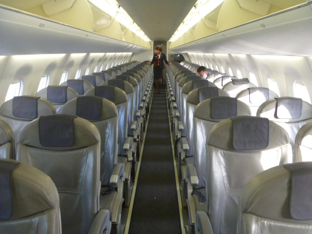 Пассажирский салон самолета Embraer 195 авиакомпании Белавиа