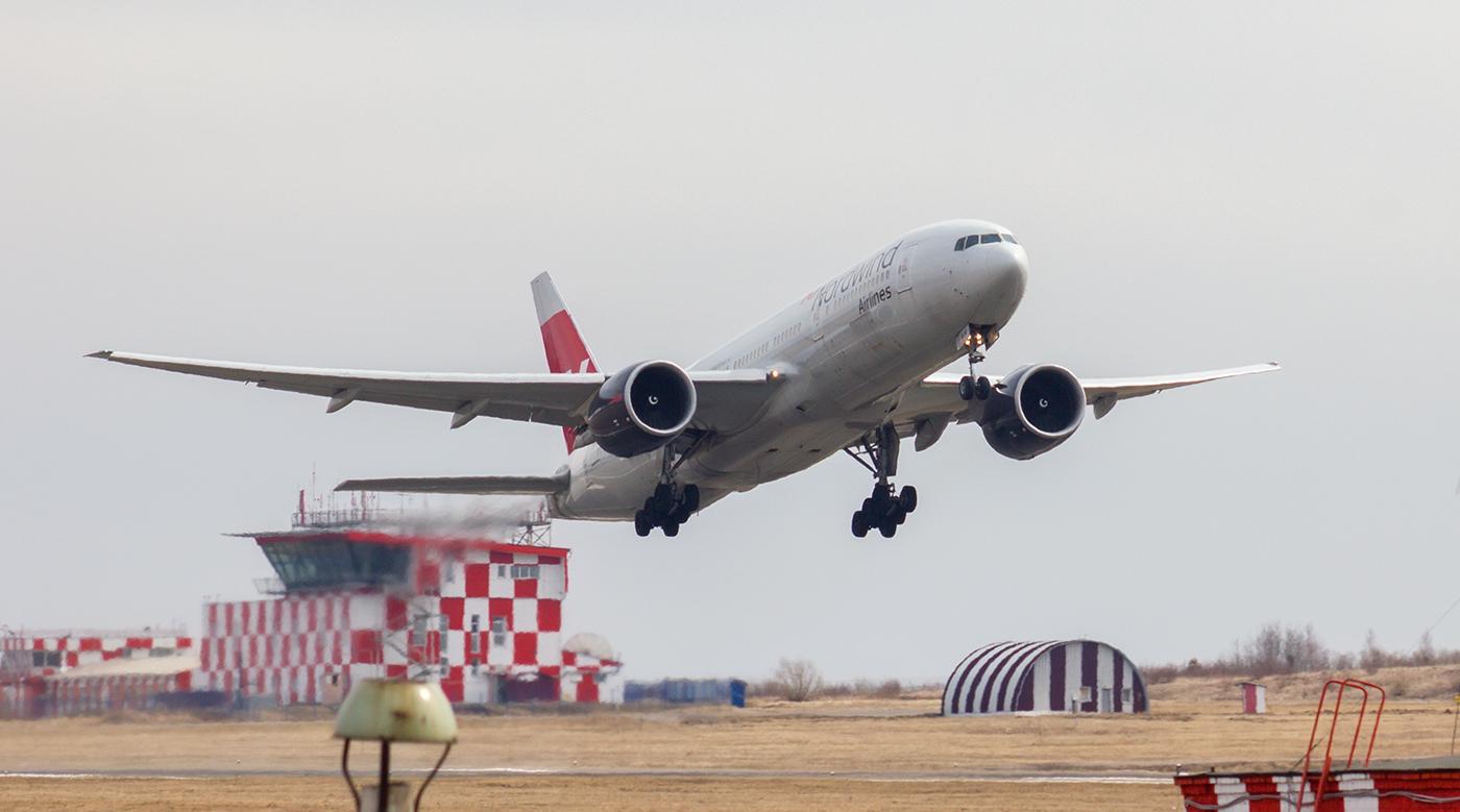 Боинг-777-200 авиакомпании Nordwind взлетает в аэропорту Иркутска