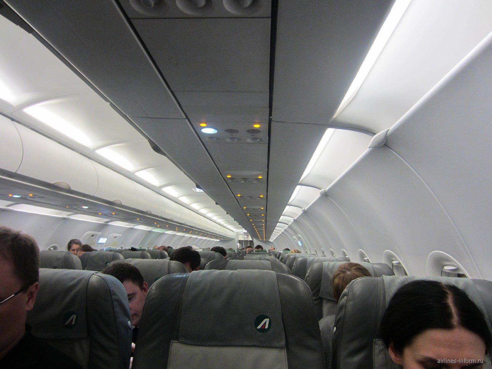 Салон самолета Airbus A320 авиакомпании Alitalia