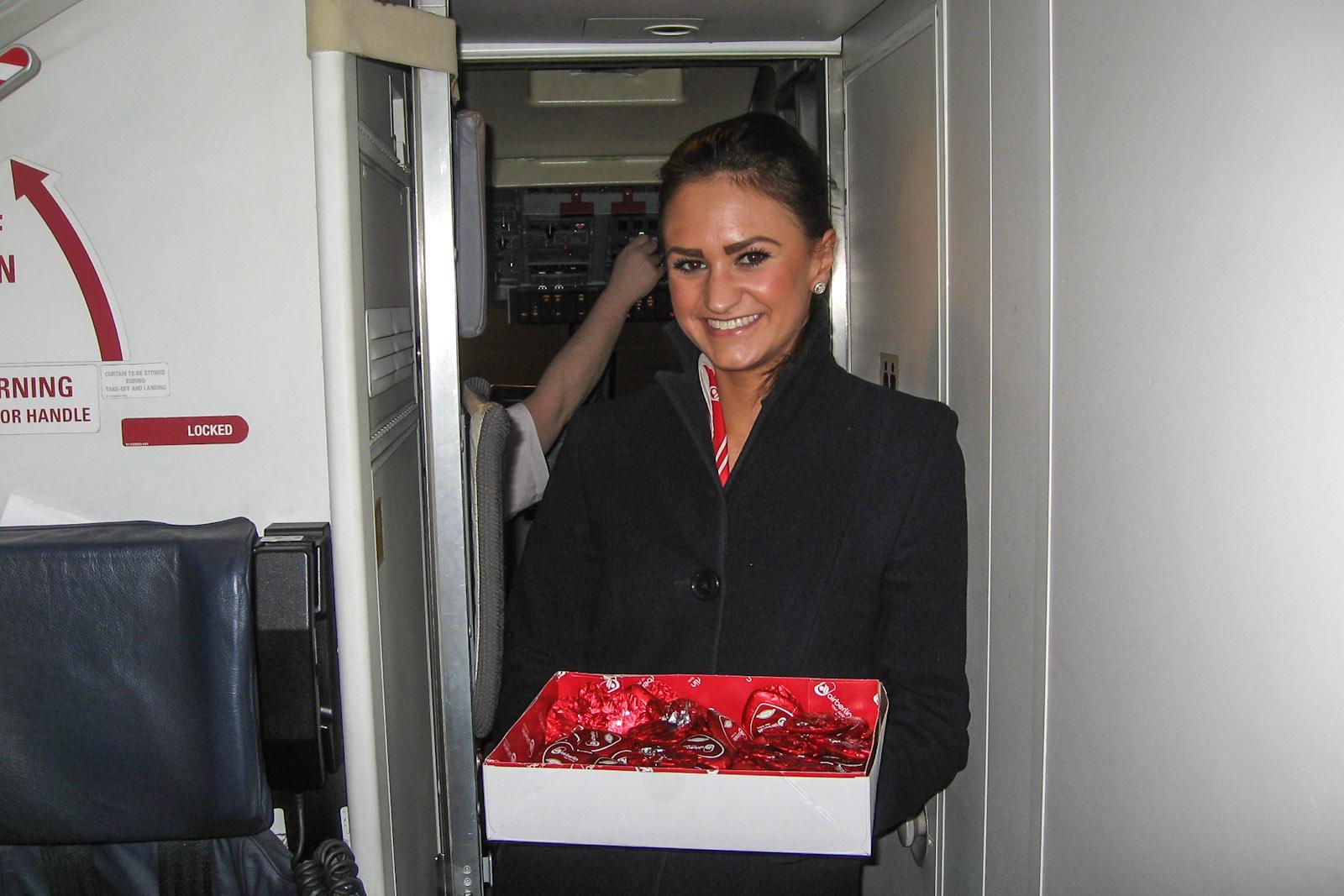 Бортпроводница авиакомпании LGW раздает шоколадные сердца Lindt