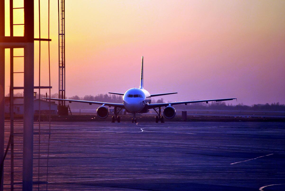 """Airbus A319 авиакомпании """"Аврора"""" на рассвете в аэропорту Хабаровска"""