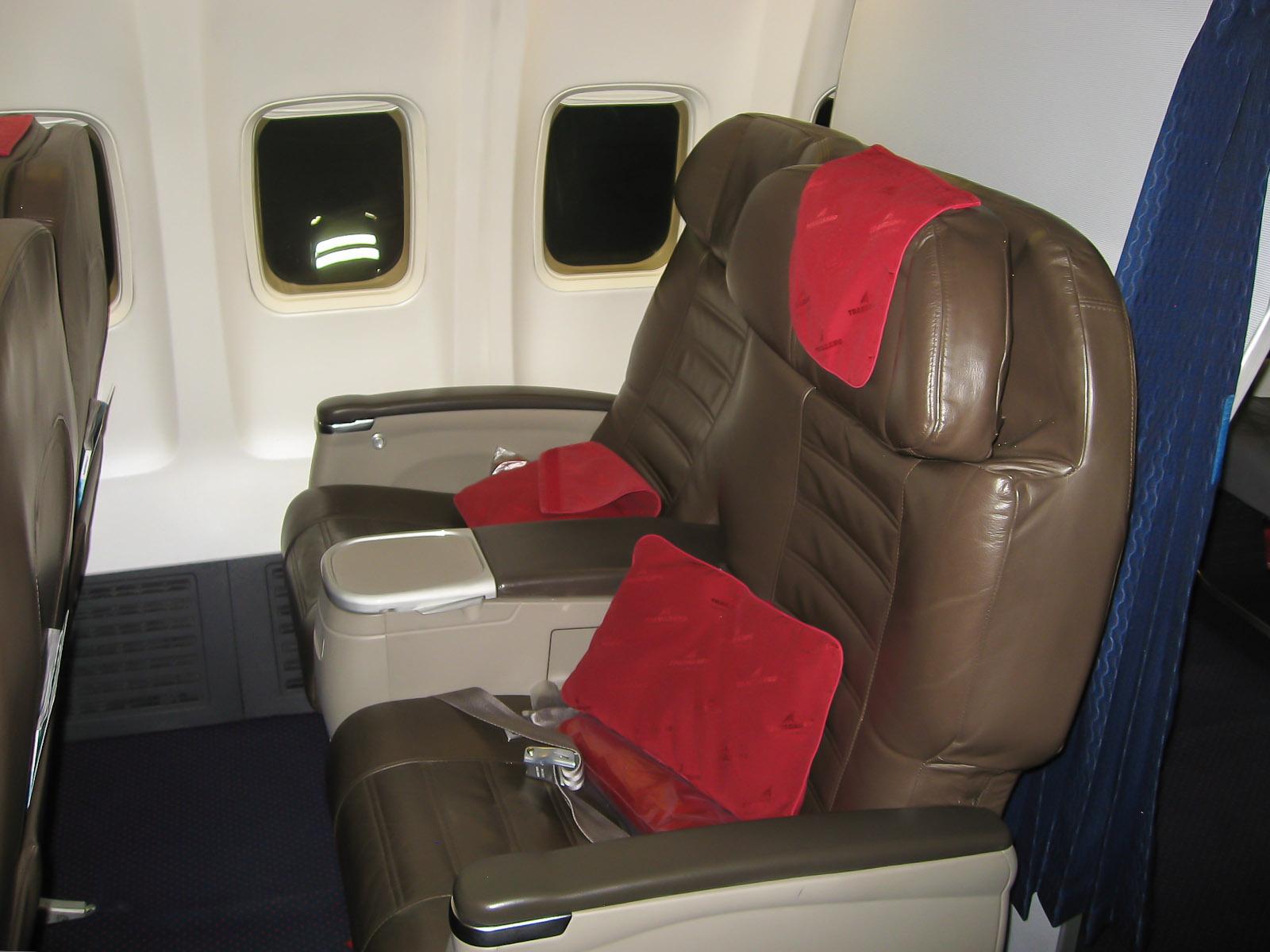 Кресла бизнес-класса в самолете Боинг-737-700 EI-RUL авиакомпании Трансаэро