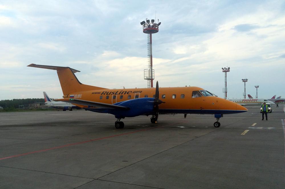 """Самолет Embraer EMB-120 VQ-BBX авиакомпании """"РусЛайн"""" в аэропорту Домодедово"""