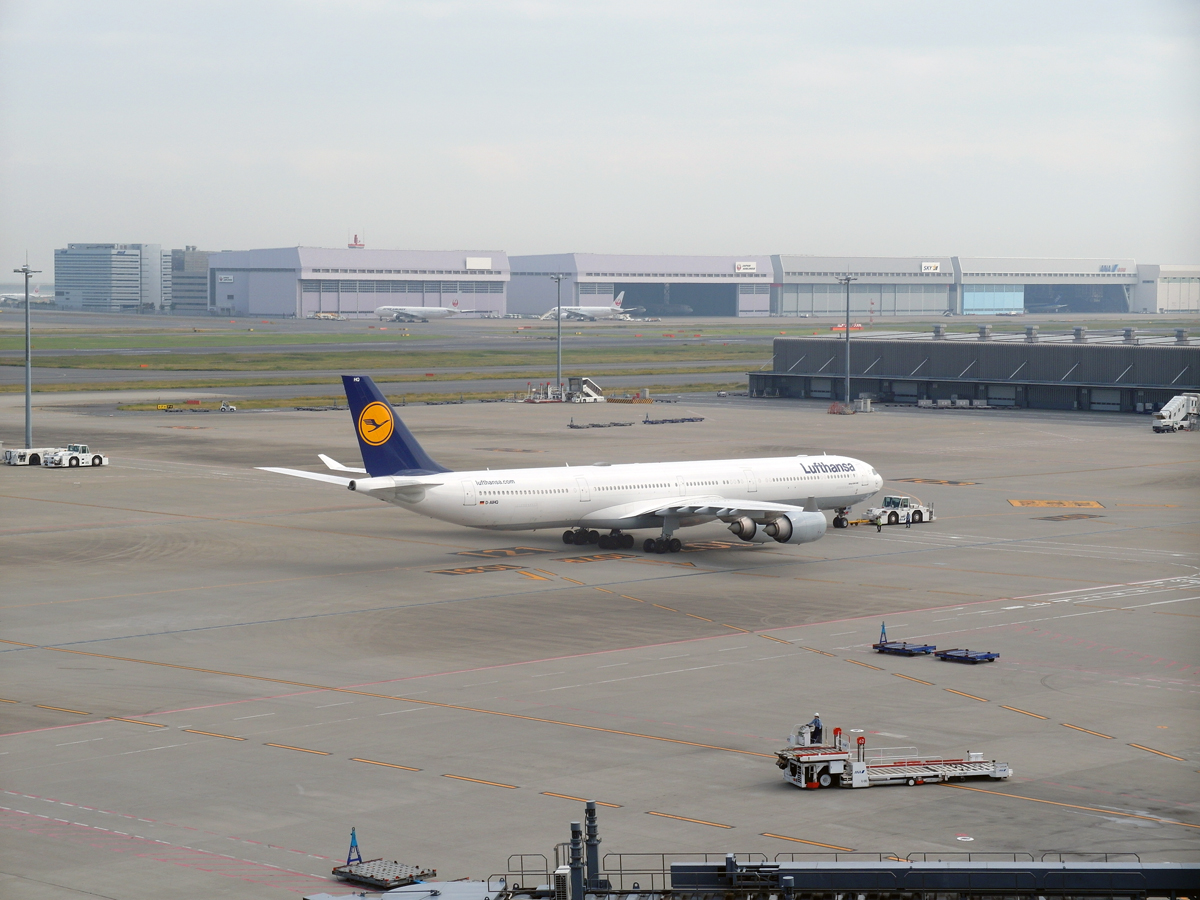 Airbus A340-600 авиакомпании Lufthansa в аэропорту Токио Ханеда