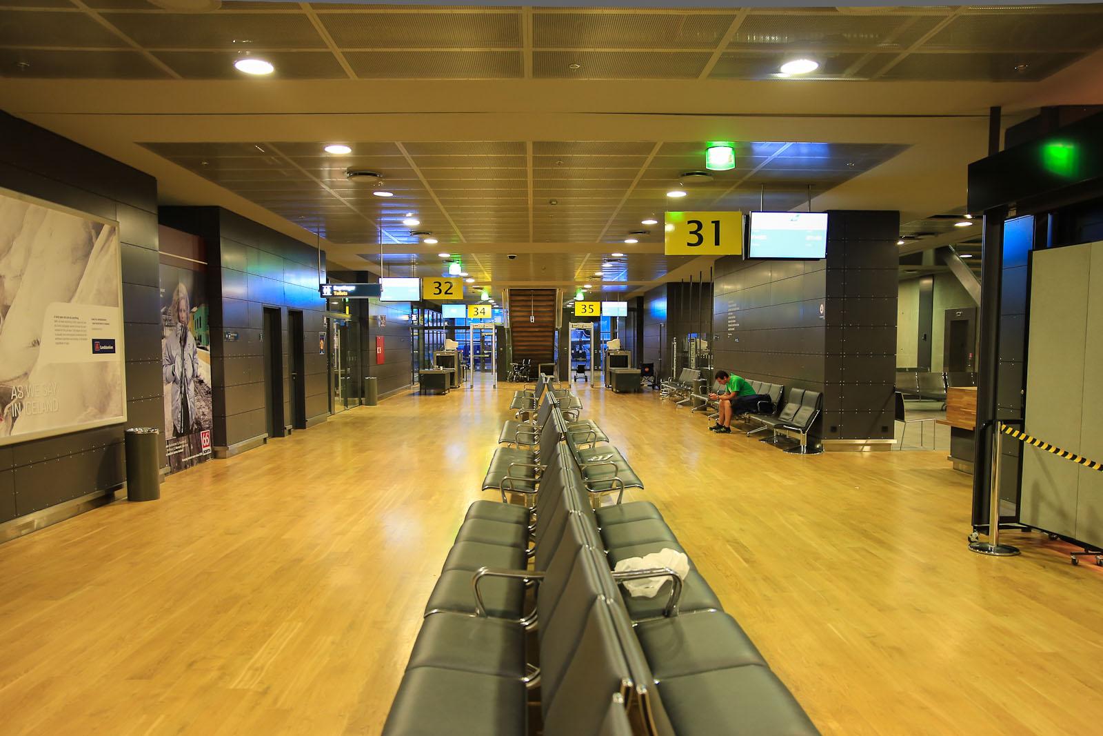 Залы ожидания перед выходами на посадку в аэропорту Кефлавик в Рейкьявике