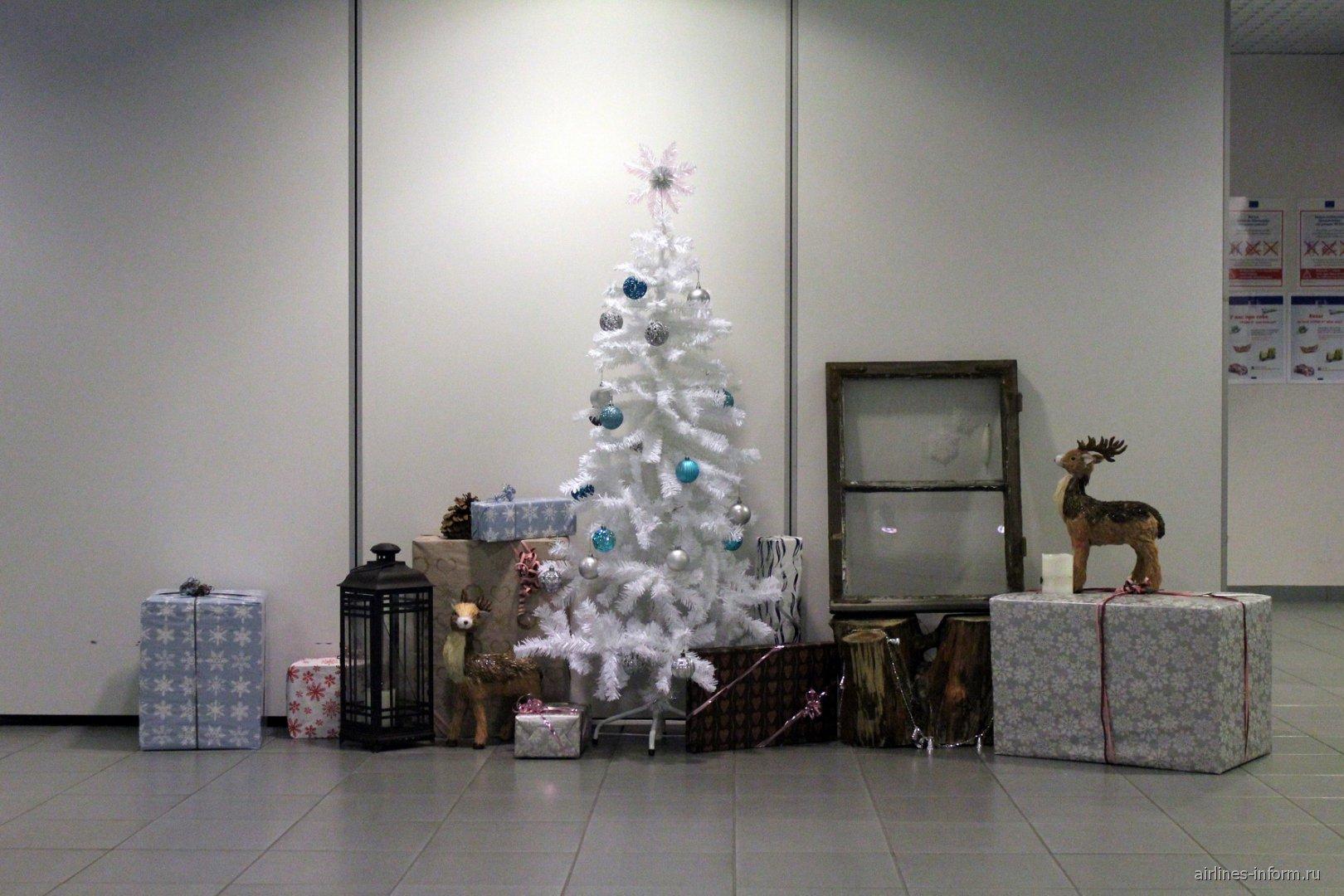 Новогодние украшения в аэропорту Каяни