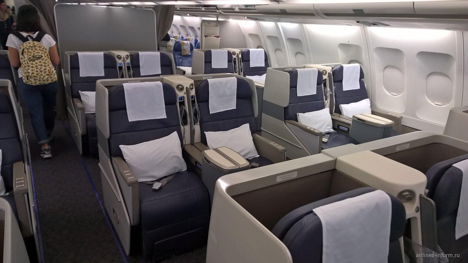 Салон бизнес-класса в самолете Airbus A330-200 авиакомпании Gulf Air