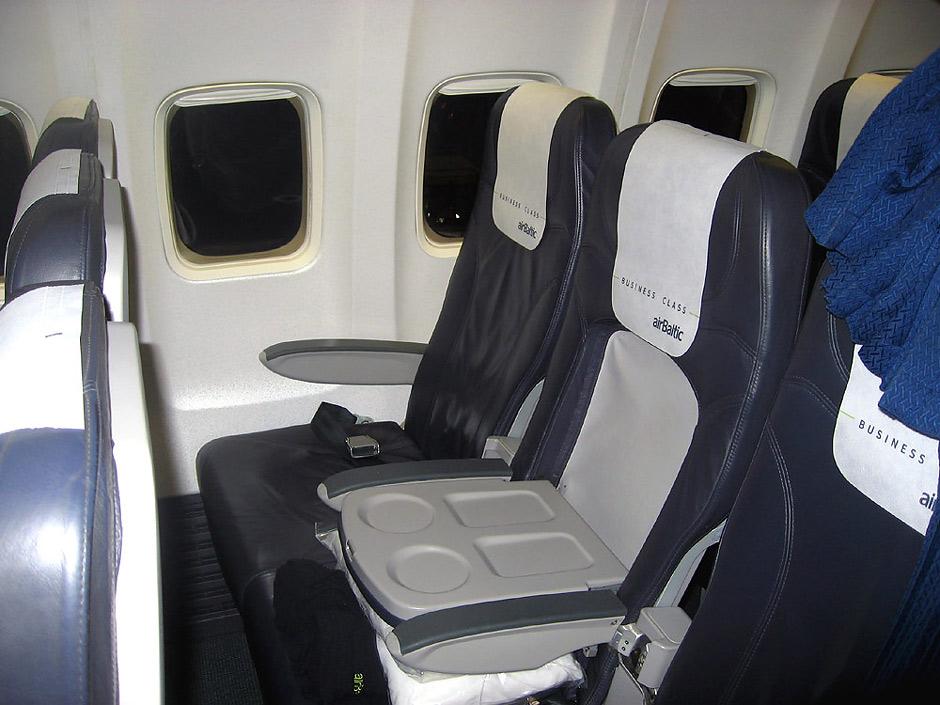 Салон бизнес-класса самолета Боинг-737-300 авиакомпании airBaltic